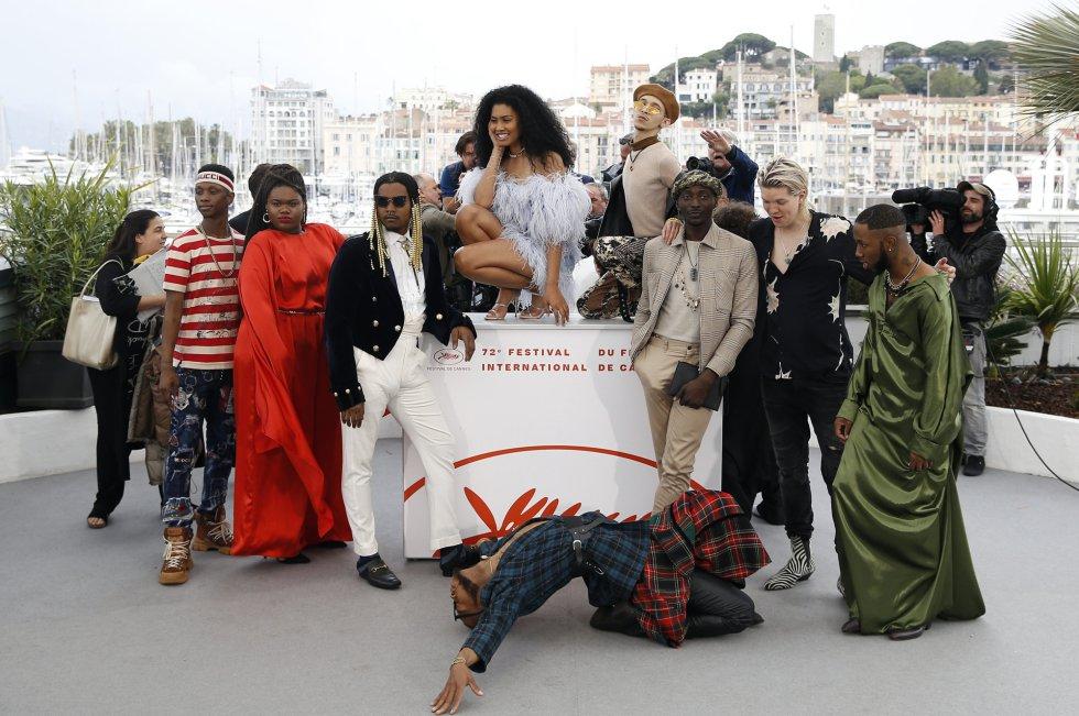 Miembros del equipo de la película 'Port Authority', posan para la prensa este sábado en Cannes.