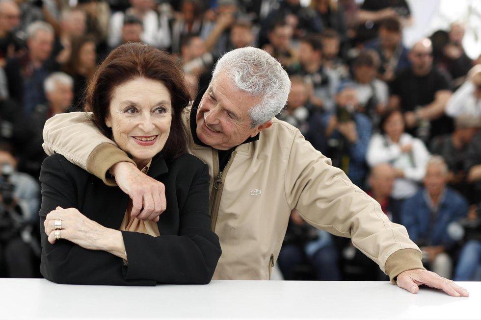 El director francés Claude Lelouch (derecha) abraza a la actriz Anouk Aimee, durante la presentación de la película 'Les Plus Belles Annees d'une Vie', este sábado en Cannes.