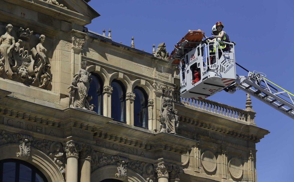 Efectivos de los Bomberos de San Sebastián intervienen para sofocar el fuego desatado en lo alto del teatro Victoria Eugenia.