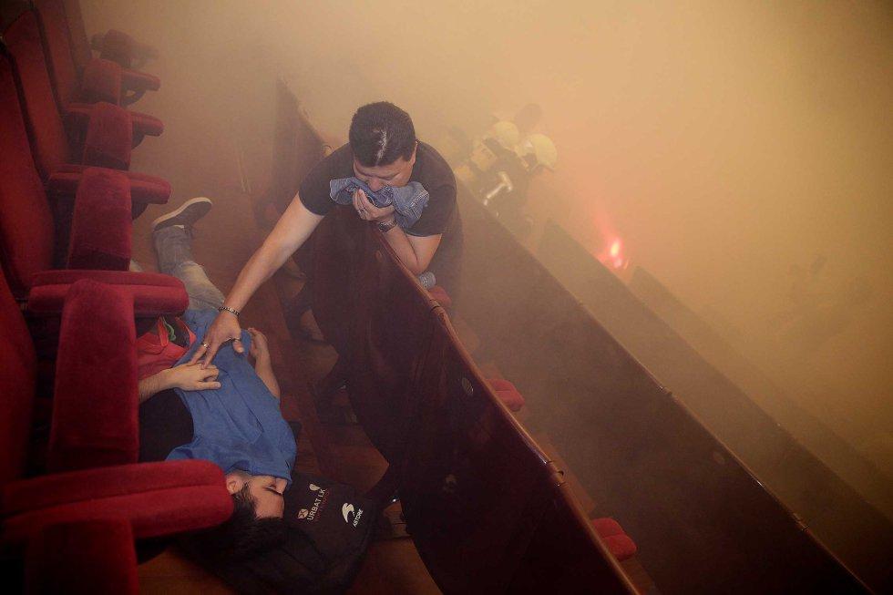Una situación de pánico y emergencia se apodera del patio de butacas, donde han intervenido 150 profesionales para evacuar y socorrer a los 'heridos'.