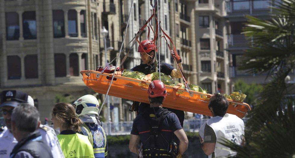 Un momento de la evacuación de los heridos al exterior del teatro Victoria Eugenia, en la que ha intervenido la Policía Municipal donostiarra y los bomberos.