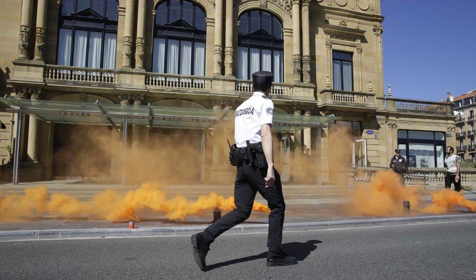 La Policía Municipal ha acordonado todo el perímetro del teatro Victoria Eugenia durante el ejercicio práctico de emergencia.