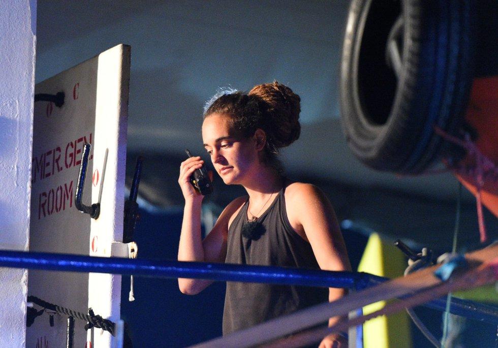 La historia ha terminado y, seguramente, de la peor manera para la capitana Carola Rackete, de 31 años. Esta madrugada, alrededor de la 1.30, la embarcación humanitaria 'Sea-Watch 3' levó anclas y se dirigió hacia al puerto de Lampedusa, frente al que llevaba atracada 48 horas con 40 migrantes a bordo.