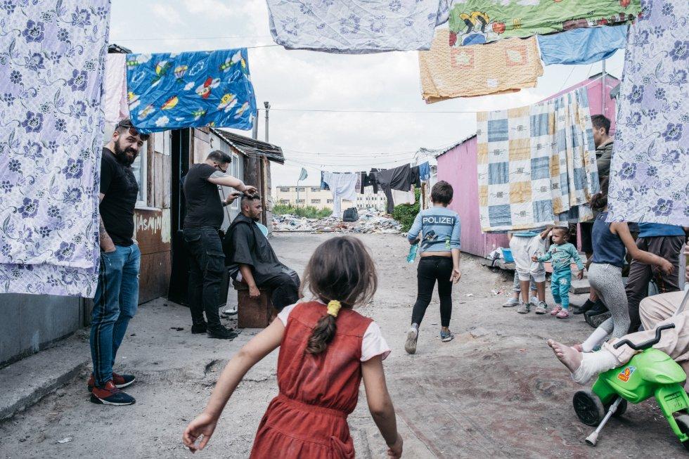 """Rumanía se enfrenta a una grave escasez de viviendas sociales. La elitización del centro de la ciudad y la devolución de las propiedades privadas confiscadas durante la época comunista expulsan a los inquilinos con pocos recursos. """"Cada año se desplaza a miles de personas, y en el futuro serán más. La asequibilidad de la vivienda se tiene que convertir en una prioridad política. De lo contrario, lo que vemos hoy en día no será más que el principio de la favelización de Rumanía"""", denuncia Adrian Dohoratu, un activista por el derecho a la vivienda y actualmente miembro del Parlamento.   Los problemas de escasez se deben en parte a la ley de restitución (102001), que aunque parece tener solo efectos localizados, ha sido en realidad muy destructiva, produciendo oleadas de desalojos, gentrificaciones, aumentos de alquileres y transformaciones de viviendas en otros proyectos con fines de lucro. Esta ley fue respaldada por el discurso anticomunista dominante, que afirma que el régimen socialista perjudicó a los propietarios de entreguerras cuando nacionalizó sus propiedades, y que estos y sus herederos tienen derecho legítimamente a recuperarlas, independientemente de lo que pueda suceder a los inquilinos que actualmente las habitan. Esos vecinos que ahora se ven afectados por los desalojos pertenecen, a menudo, a grupos sociales vulnerables. Los desahucios casi no reciben atención de los medios de comunicación y los desalojados apenas cuentan con apoyo de las autoridades y de la opinión pública, porque el derecho de propiedad prevalece sobre el de los inquilinos y porque las personas que pertenecen a grupos sociales vulnerables están sometidas a un estigma social invisibilizado y marginado."""