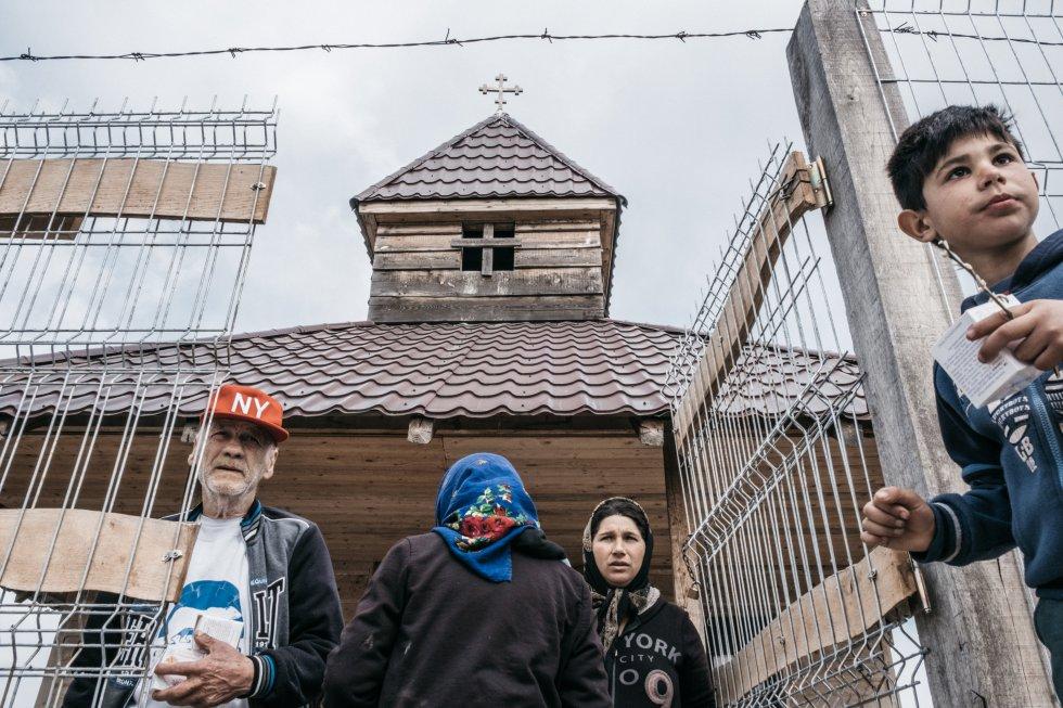 Los grupos más pobres y aislados viven en la parte superior del vertedero de Pata Rât, donde las condiciones higiénicas son deficientes, pues no hay centros médicos ni agua corriente. La única ayuda que llega de fuera de la comunidad es la de algunas ONG y la de la Iglesia ortodoxa, que ha instalado una capilla.