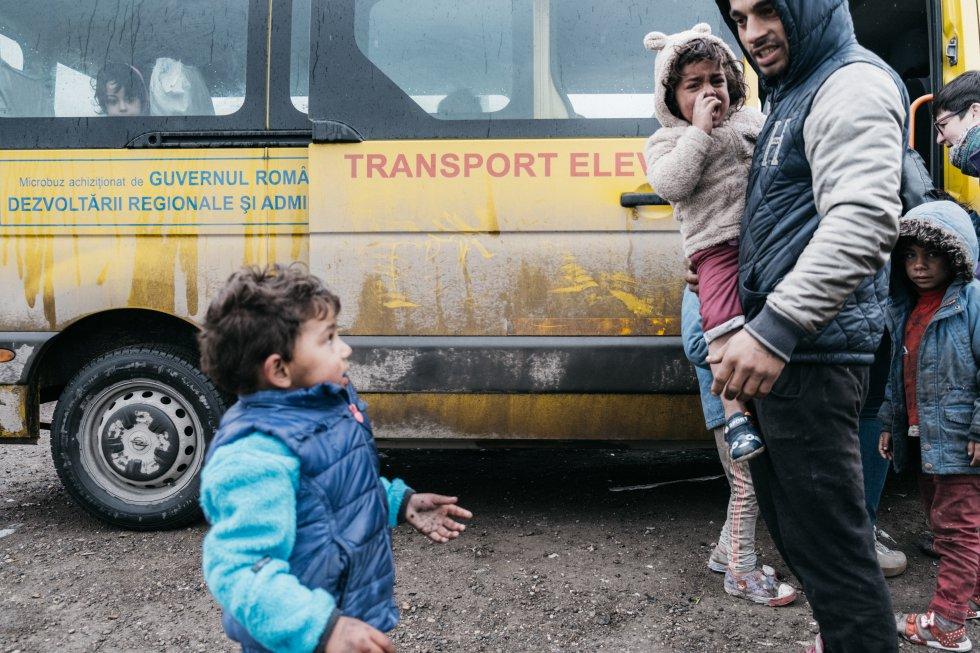 Los niños son los más afectados; suelen sufrir discriminación en el colegio, y de hecho, no asistieron a la escuela hasta que los trabajadores sociales del proyecto Pata-Cluj comenzaron a inscribirlos y llevarlos a Cojocna y Cluj, a las escuelas que accedieron a aceptarlos. El hecho de que los colegios piensen si los admiten o no da una idea de la discriminación que sufren.   La Comisión Europea indica que el 26% de los romaníes sufrió segregación en las escuelas ordinarias. La Agencia Europea de Derechos Fundamentales (EUFRA, 2008) ha reconocido recientemente que los niños romaníes, a pesar del número creciente de programas que se les dedican, siguen sufriendo niveles particularmente altos de discriminación en el sistema educativo. Además, un documento reciente de la Comisión Europea sobre la contribución de los Fondos Estructurales a la inclusión de la población romaní indica que persisten desventajas en la educación, incluida una baja asistencia escolar y una representación excesiva en las llamadas 'escuelas especiales'. Esto hará muy probable que la próxima generación de gitanos permanezca en la pobreza extrema y cada vez más marginados a no ser que se realice una fuerte intervención política apoyada por inversiones y grandes programas de creación de capacidades.