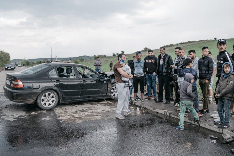 Rumanía tiene una gran comunidad romaní: el censo más reciente indica que son 622.000, sin embargo, según el Banco Mundial, el país alberga 2,5 millones en una población de unos 19 millones. Aproximadamente el 90% de estas familias vive en la pobreza extrema y son víctimas de racismo. El número de miembros de esta etnia que se encuentra en la pobreza triplica al de cualquier otro grupo étnico, según la ONG Small Steps Project.   Se calcula que 500.000 gitanos romaníes son totalmente analfabetos. Solo uno de cada 10 puede leer y escribir, y todavía hay renuencia en la comunidad gitana de ir a la escuela secundaria después de los 10 u 11 años, según la organización People 2 People. La causa principal es la falta de acceso a la educación preescolar y la incapacidad para mantenerse al día en la escuela primaria con los niños de su edad.