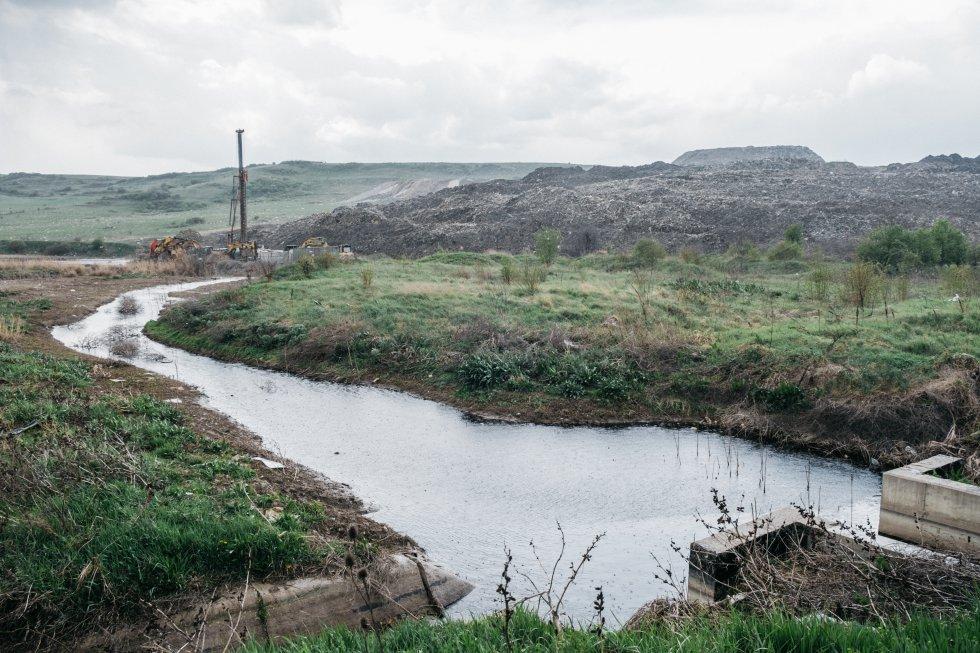 El Ayuntamiento de Cluj lleva desde 2012 trabajando en la ampliación del vertedero de Pata Rat con fondos de la Unión Europea para la construcción de un nuevo basurero, hasta ahora sin acabar. Al parecer, los trabajos se desarrollan sin tener en cuenta su impacto medioambiental. Las autoridades esperan cerrar el vertedero a fines de este año, pues es uno de los mayores problemas ecológicos en el condado de Cluj. Un deslizamiento de tierra ocurrido en julio de 2017 causó el drenaje de aguas residuales en un arroyo cercano.   En una entrevista concedida a la revista 'Adevărul', la Inspección de Alivio de Desastres afirma, por ejemplo, que hasta el 4 de octubre de 2017 tuvieron que intervenir 27 veces. En total, eliminaron 20 toneladas de basura.