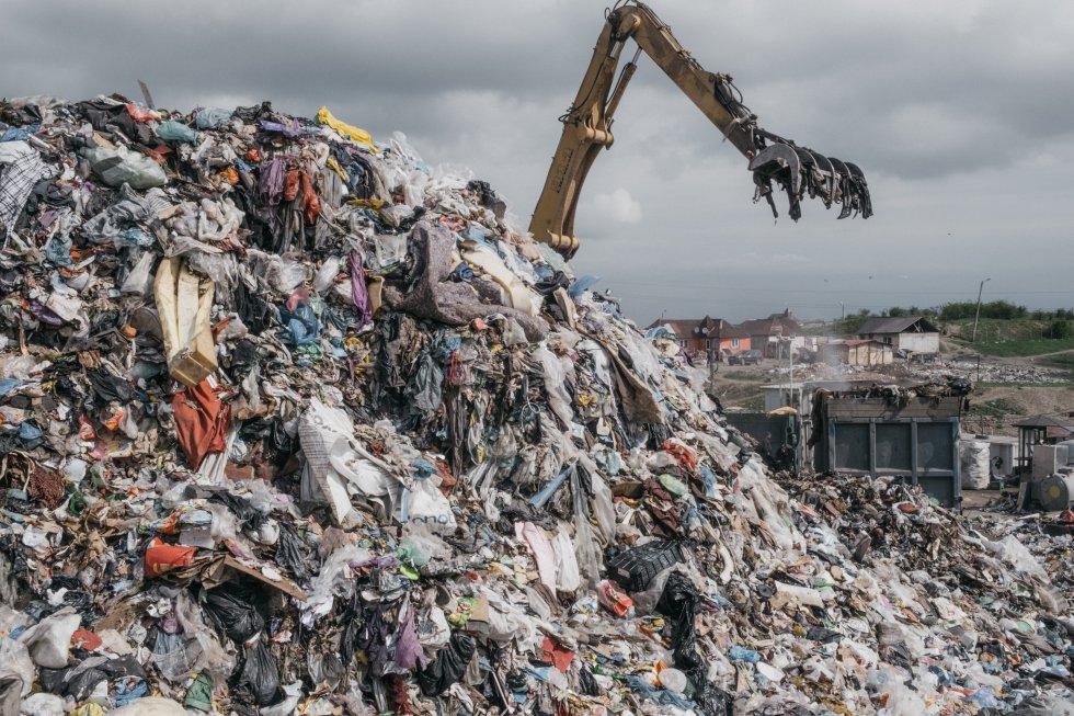 En el vertedero se depositan diariamente 35.000 metros cúbicos de residuos, y la comunidad recoge botellas y láminas de plástico, restos metálicos, madera y todo lo que se pueda reutilizar, reparar o reciclar.