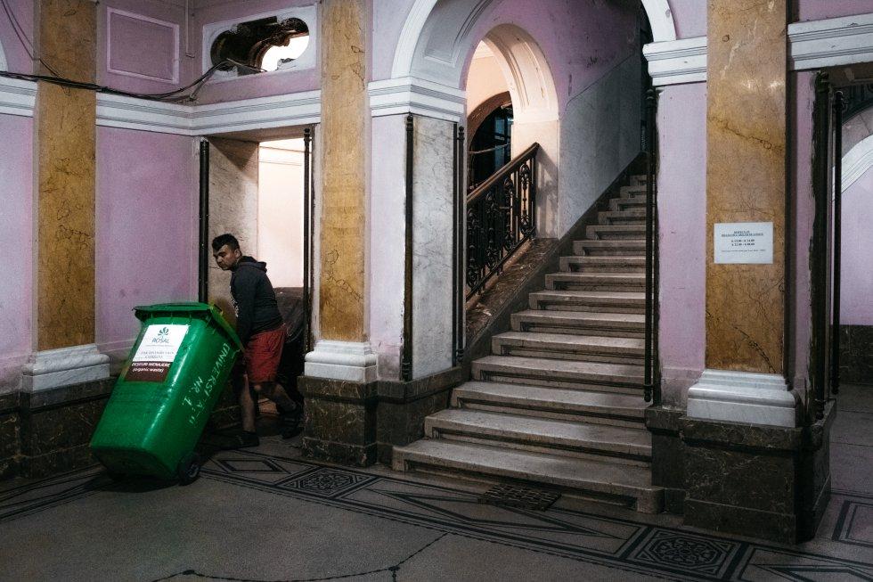 A principios de año, el Ayuntamiento cerró el acceso al vertedero y muchas familias se quedaron sin ingresos. Buena parte de sus miembros encontraron trabajo en las plantas de reciclado o como barrenderos o basureros.