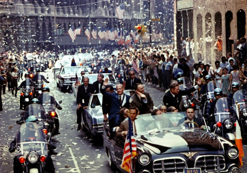 Los astronautas de la misión lunar Apolo 11 son aclamados por los ciudadanos durante un desfile celebrado en su honor en Nueva York, el 13 de agosto de 1969.