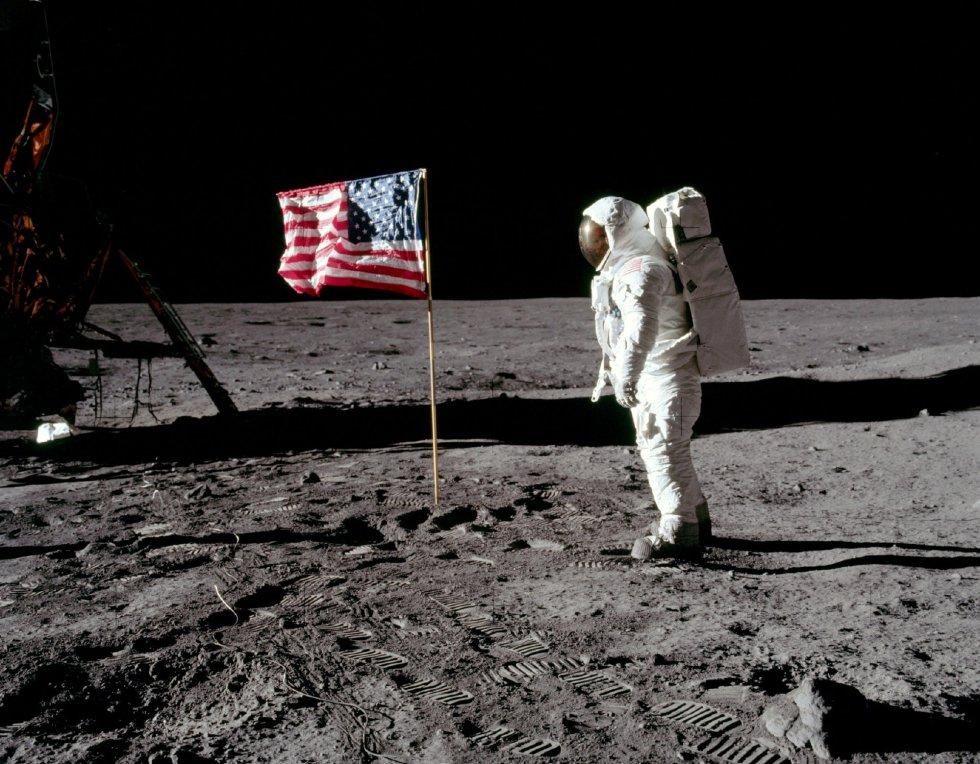 El astronauta Buzz Aldrin, posa para una fotografía junto a la bandera estadounidense clavada en la Luna, el 20 de julio de 1969.