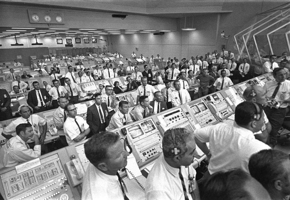 Esta foto proporcionada por la NASA muestra a los controladores de lanzamiento en el Centro Espacial Kennedy, en Florida, durante la misión Apolo 11 a la Luna, en julio de 1969.