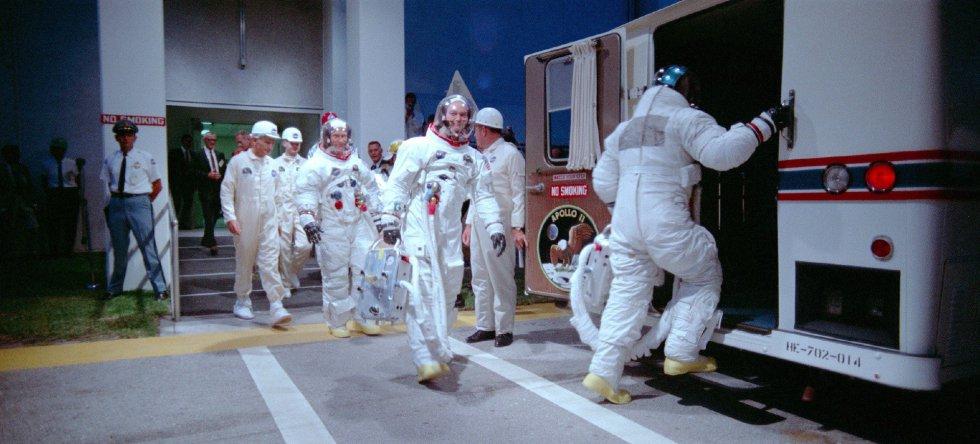 Fotografía del archivo de la NASA, facilitada por A Contracorriente Films, de los astronautas Aldrin, Collins y Armstrong cuando se dirigen al 'Apolo 11'. El documental 'Apolo 11' muestra, 50 años después, la épica del viaje a la Luna en un montaje espectacular que incluye imágenes inéditas en 70 mm, un material recuperado de los archivos de la NASA y con el que aspira a ser la producción definitiva sobre la llegada del hombre al satélite.