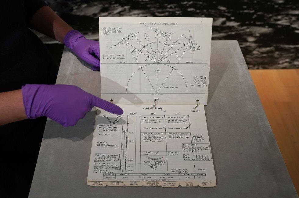 Vista del cuaderno de bitácora del 'Apolo 11' que utilizaron Neil Armstrong y Edwin 'Buzz' Aldrin, en Nueva York el 10 de julio de 2019.