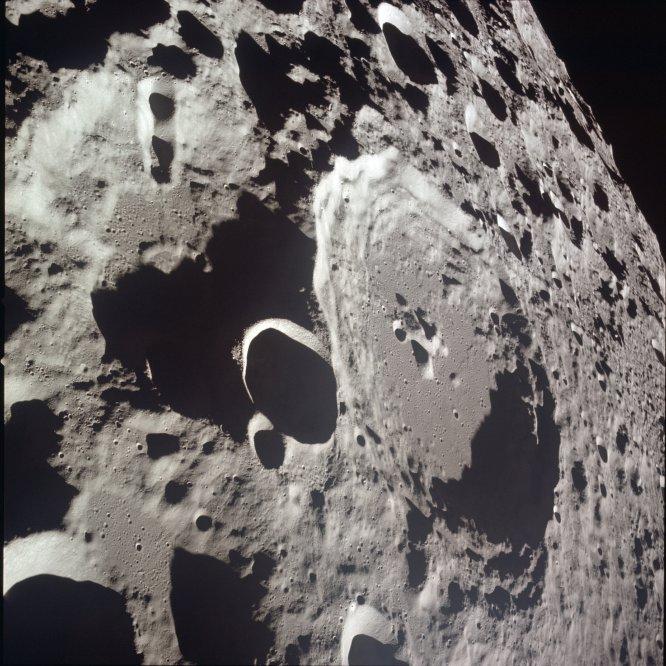 Vista de los cráteres lunares Daedalus y Daedalus B en la superficie de la Luna, el 20 de julio de 1969.