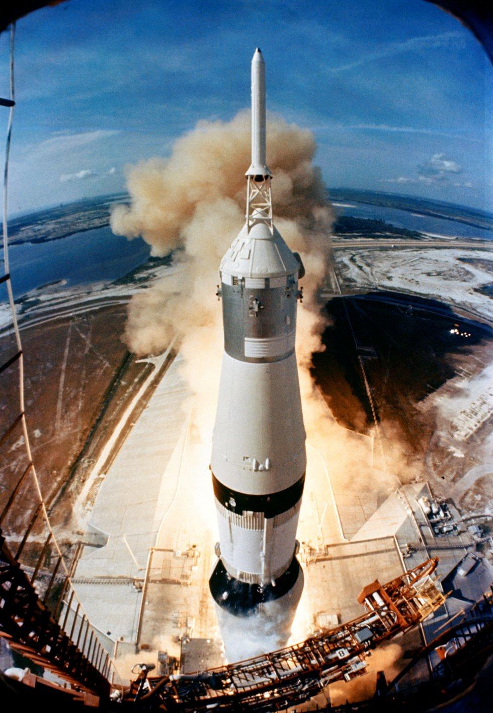 Momento del despegue del cohete Saturno V en la misión espacial Apolo 11 desde la base de Cabo Cañaveral, Florida, el 16 de julio de 1969.