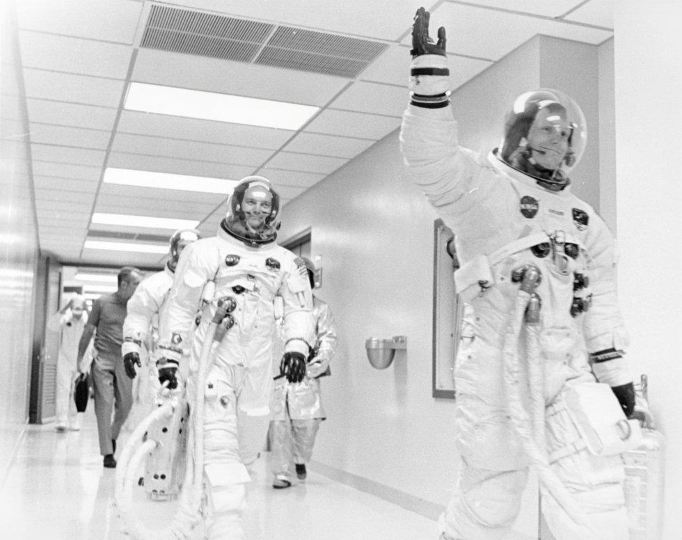 Los astronautas participantes de la misión Apolo 11 saludan en su camino a la furgoneta de transferencia que les llevará a la nave, en Cabo Cañaveral (Florida), el 16 de julio de 1969.