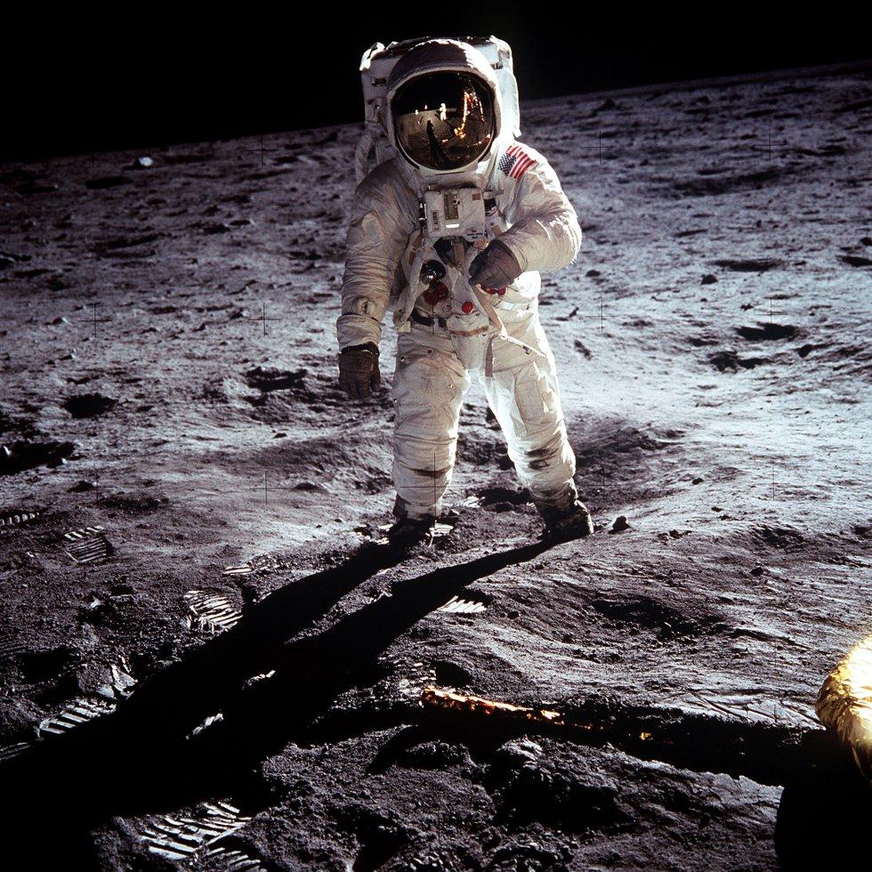 El astronauta estadounidense 'Buzz' Aldrin es fotografiado por Neil Armstrong sobre la superficie lunar cerca del módulo espacial 'Eagle', el 20 de julio de 1969.