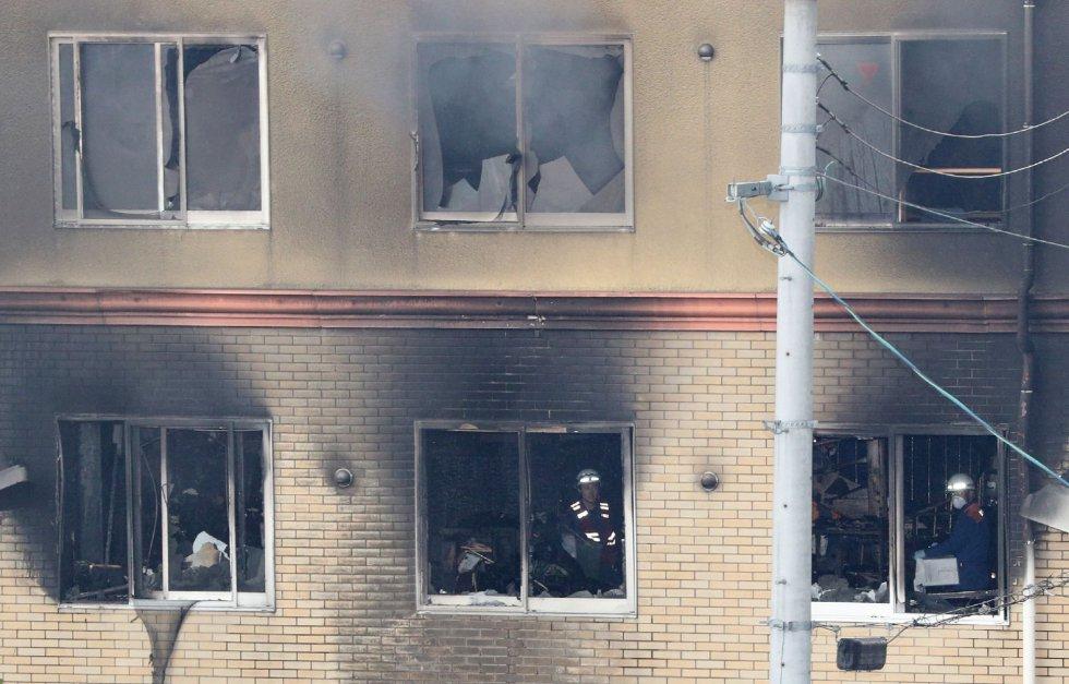 """Según un testimonio difundido por el canal de televisión pública NHK, el presunto responsable dijo """"van a morir"""". Otros testigos han declarado, sin embargo, que escucharon la detonación de dos explosiones fuertes, según AFP."""