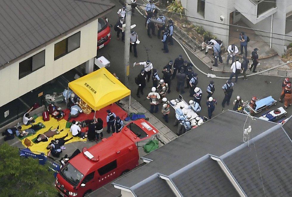 El presunto responsable, que también resultó herido, ha quedado bajo custodia policial en un hospital, a la espera de ser interrogado por las fuerzas de seguridad de Kioto. En la imagen, personal de emergencias atienden a los heridos en el incendio.