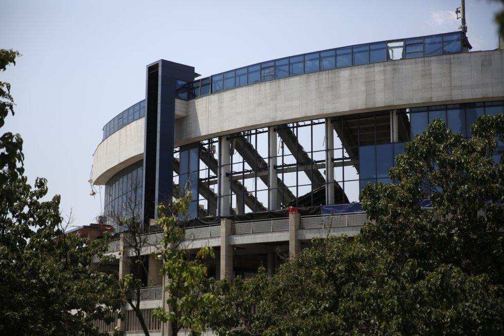El Atlético de Madrid ha vendido los terrenos que aún ocupa su antiguo estadio Vicente Calderón a Azora y CBRE, que los destinarán a levantar dos torres, de trece plantas cada una, que albergarán un total de 340 viviendas de lujo, según informaron estas empresas.