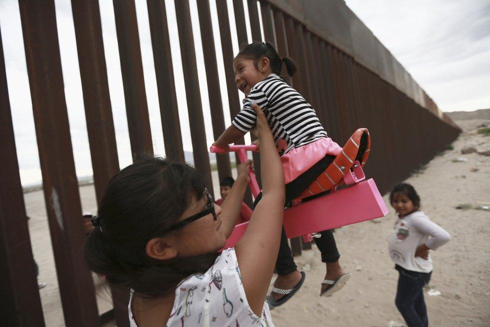 Ronald Rael, un profesor de Arquitectura en la Universidad de Berkeley, ha diseñado estos balancines que se han incrustado en algunos tramos de la frontera con México. Familias a ambos lados de la valla acuden a esta zona de Ciudad Juárez para que los niños jueguen. En la imagen, una madre, con sus hijas.