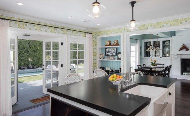 La actriz Emma Stone ha puesto a la venta su mansión en Beverly Hills, California, por unos 3,5 millones de euros. Stone compró la propiedad en 2012 por 2,22 millones de euros. La vivienda, de 360 m2, cuenta con cuatro dormitorios, cinco baños, piscina, jardín, sala de proyecciones y bar, además de otras estancias.