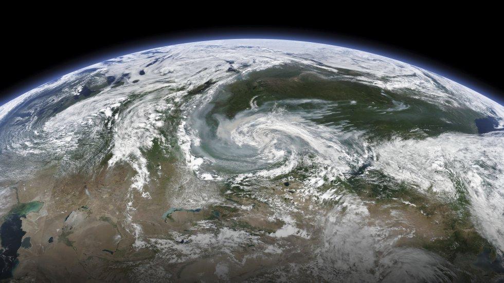 Imagen satelital tomada por la NASA el pasado 21 de julio que muestra los remolinos de humo sobre las zonas afectadas por los incendios en Siberia.