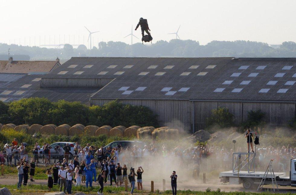 El 25 de julio, 110 años después que el aviador Louis Blériot sobrevolase por primera vez en avión el canal de la Mancha, Franky Zapata fracasó. Cuando intentaba repostar a medio camino, su vehículo, el Flyboard Air, se accidentó. No se dio por vencido. A las 8.16 de este domingo ascendió con su ruidosa tabla en Sangatte, en la costa francesa, y 22 minutos después aterrizó en la británica. En la imagen, Franky Zapata, tras despegar.