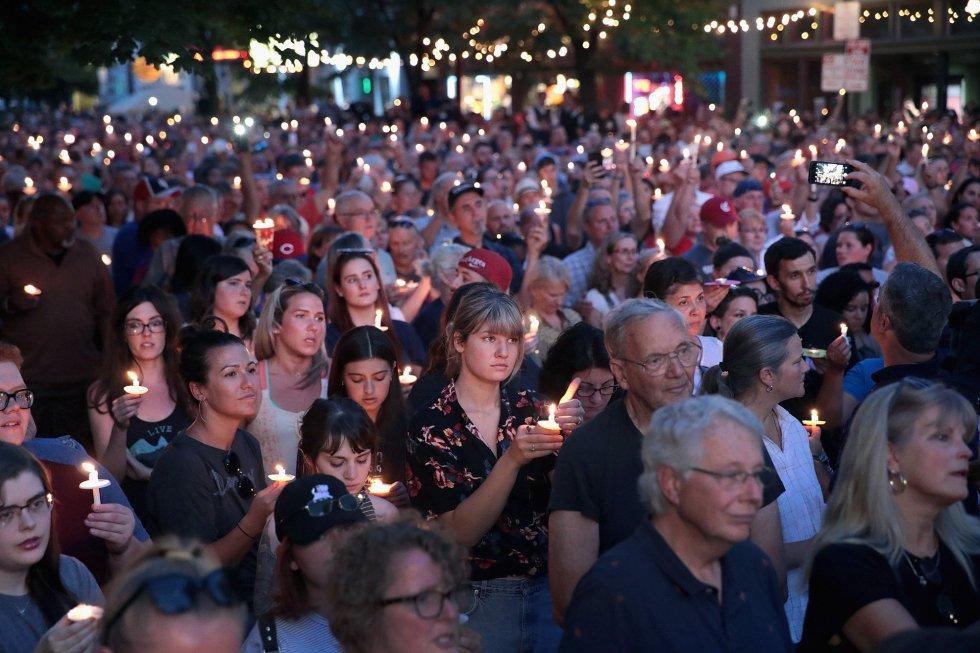Una multitud asiste al homenaje a las víctimas del tiroteo masivo en Dayton, Ohio, el 4 de agosto de 2019.