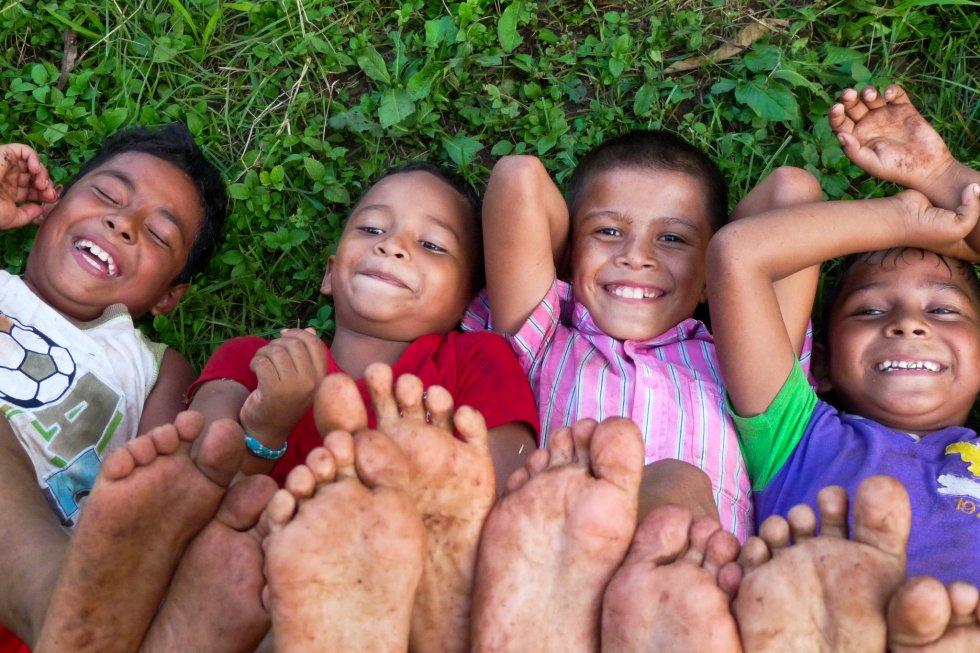 Niños disfrutando de su tiempo libre frente a la playa de San Juan del Sur.rnrn
