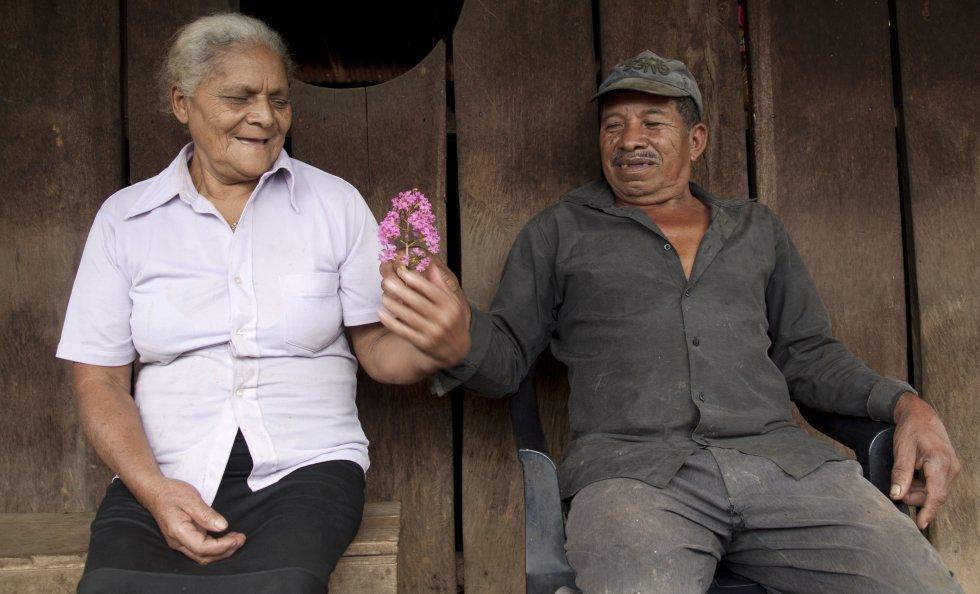 Jesús Calero Tercero le regala una flor a su mujer, Doña Flor, en la comunidad de Las Nubes, Matagalpa.rn