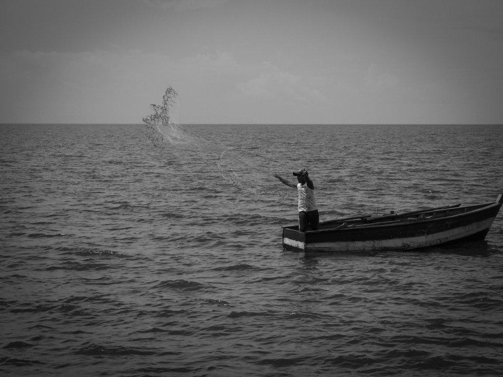 El pescador de Ometepe, Eliezer, sale a pescar con su pequeña red en busca de guapotes y mojarras.