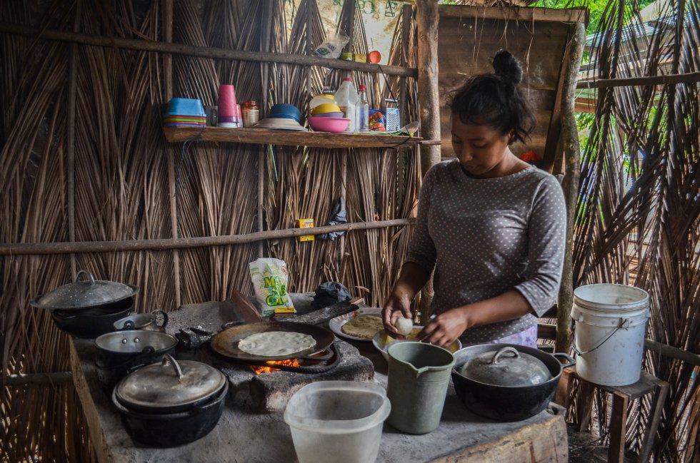 Selena Gómez preparando tortillas en su cocina en la comunidad de Balgüe, Ometepe.