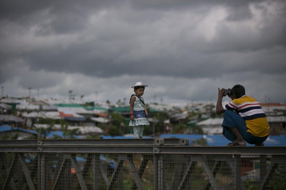 Los musulmanes rohingyas celebran la festividad en el campo de refugiados de Cox's Bazar, en Bangladesh.
