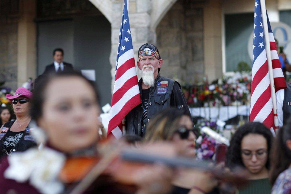"""Dos de los asistentes, Víctor y Mary Perales, perdieron a su hijo hace dos años en El Paso de manera repentina. """"Sabemos lo duro que es aun estando acompañados por la familia. No me puedo imaginar cómo debe ser pasar por eso solo"""", asegura Víctor. """"Me dije: 'vamos a ir al funeral para darle un abrazo [a Antonio Basco] y decirle que nosotros podemos ser su familia"""". En la foto, un grupo numeroso de personas a las puertas del funeral."""
