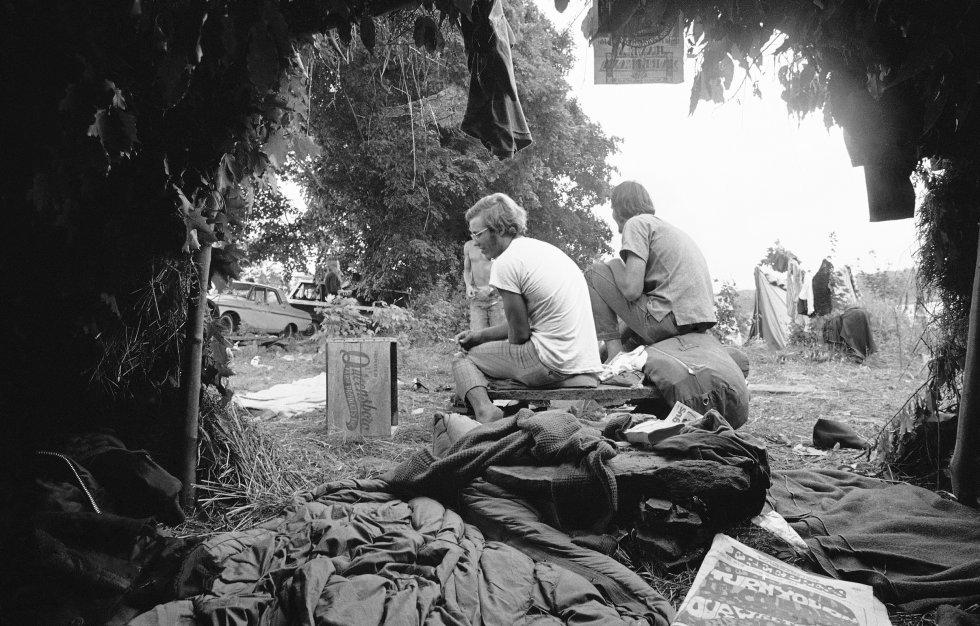 Chozas de hierba y hojas se utilizaron como viviendas provisionales por algunos de los asistentes al Festival de Música y Artes. En la imagen, uno de los alojamientos improvisados, el 16 de agosto de 1969.