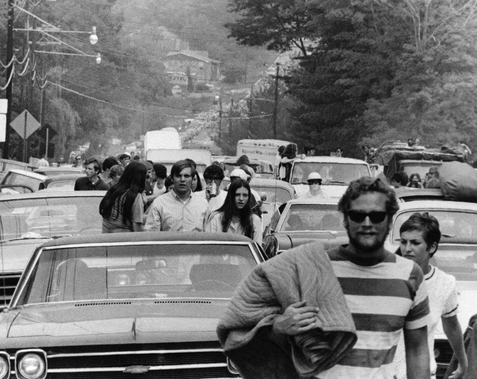 Asistentes del festival abandonan sus camiones, automóviles y autobuses mientras intentan llegar a White Lake en Bethel (Nueva York), el 15 de agosto de 1969. El New York Daily News informó el 16 de agosto que los automóviles se retrasaron hasta ocho horas entre la ciudad de Nueva York y el lugar del concierto, una distancia de menos de 160 kilómetros.