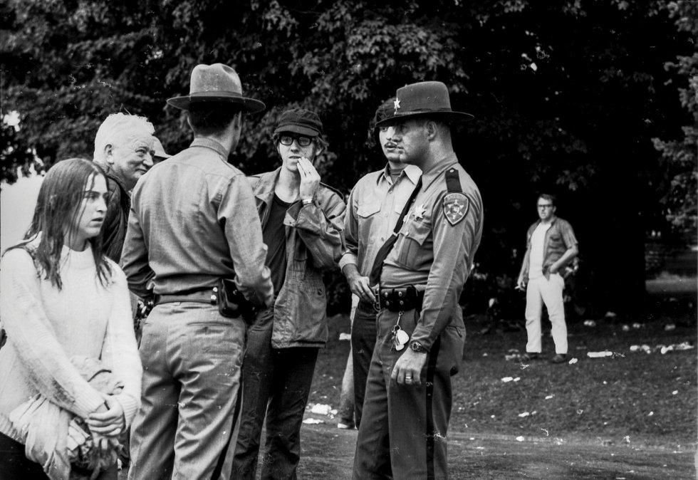 El gobernador de Nueva York, el republicano Nelson Rockefeller, desoyó las voces que sugerían cancelar el evento y aportó los recursos del Estado; incluso, helicópteros del US Army trasladaron material médico. En la imagen, asistentes al festival junto a agentes de la policía local.