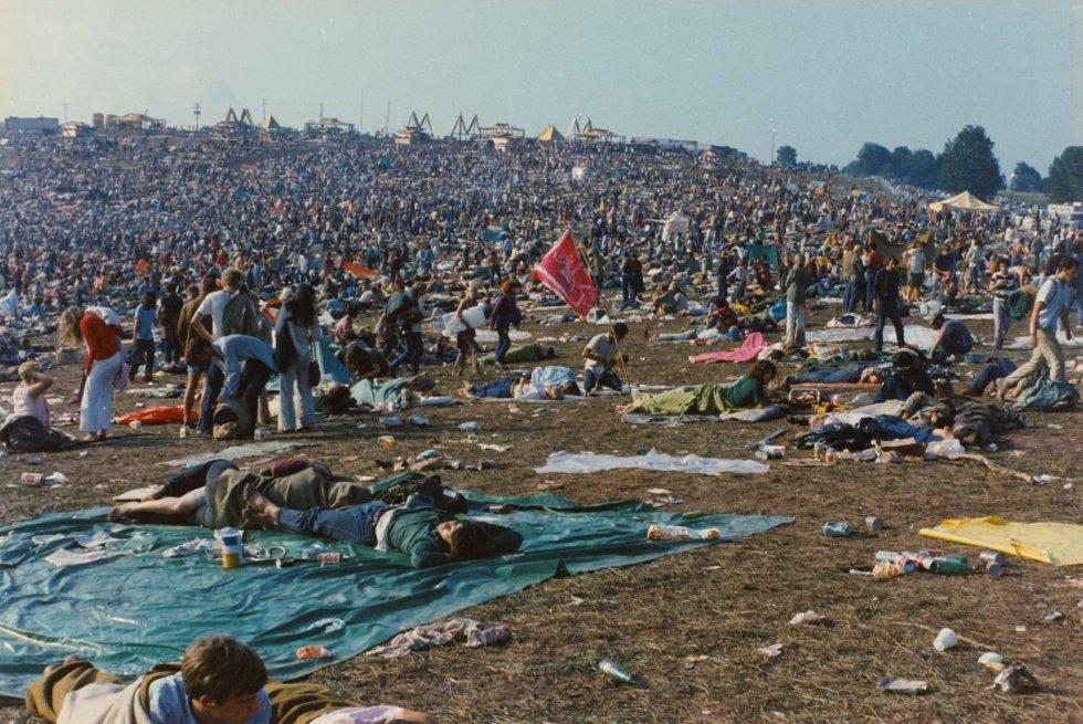 """La improvisación reinaba en casi todo, de hecho, Woodstock no se celebró en Woodstock, sino en otro pueblo ubicado a unos kilómetros, en el condado de Sullivan. Tras el festival, la granja en Bethel fue declarada zona catastrófica por el gobernador de Nueva York y el New York Times lanzaba un editorial crítico cuestionando qué tipo de cultura era capaz de producir """"un desastre tan colosal""""."""