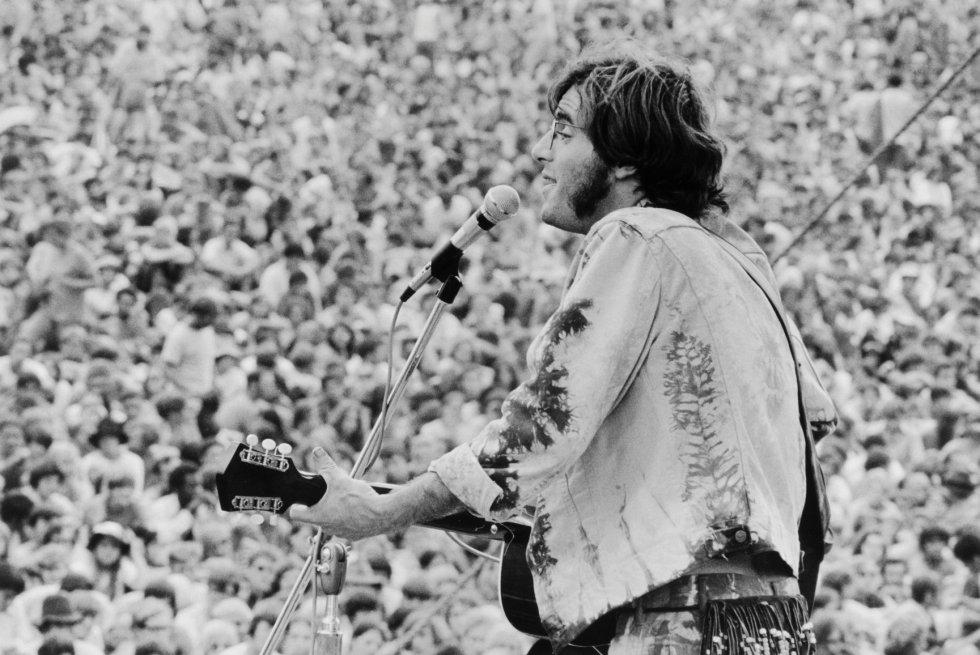 John Sebastian durante su actuación en el festival Woodstock en agosto de 1969 en Bethel, Nueva York (EE UU).
