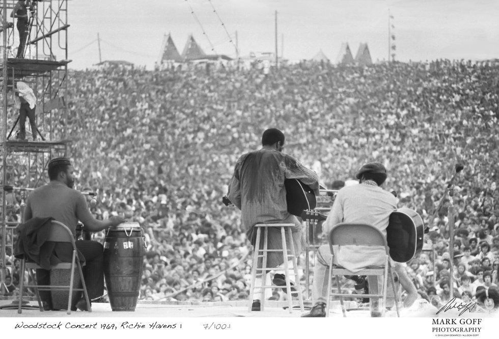 En la fotografía, se muestra a Richie Havens durante su presentación en Woodstock, en agosto de 1969. La música se convirtió en la excusa para un experimento de vida en libertad. Aparentemente, la motivación económica del megaconcierto había saltado por los aires, al permitirse la entrada libre. Una ciudad de casi medio millón de habitantes había surgido de la nada y se había estructurado sin gran planificación.