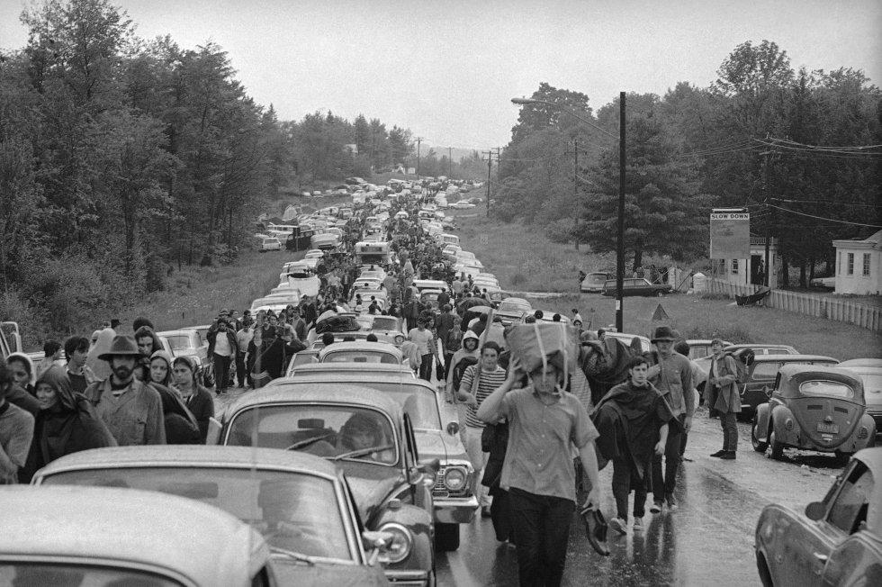 Al terminar el festival, los organizadores no sabían cómo compensar a las personas que habían comprado entradas por anticipado, pero no pudieron llegar a la granja de Max Yagur por culpa de los embotellamientos. Aún así, Woodstock ha pasado a la historia como uno de los momentos álgidos de los años sesenta, el gran subidón de los baby boomers. En la imagen, cientos de asistentes caminan en la carretera desde Bethel, mientras abandonan las instalaciones del festival Woodstock, el 16 de agosto de 1969.