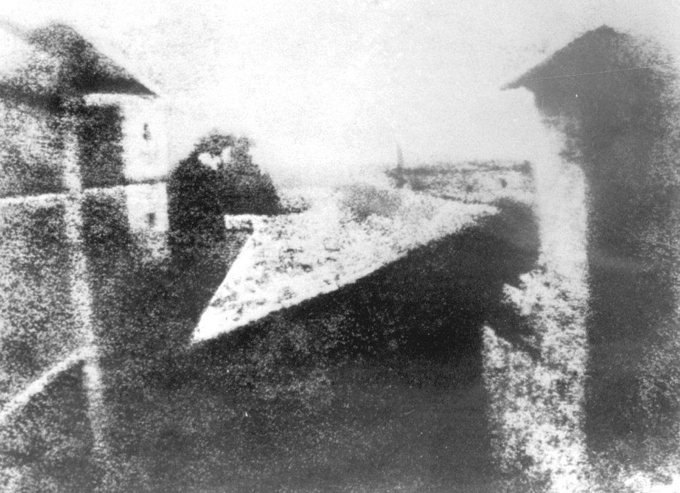 La primera fotografía tomada por Niépce en 1826. Se titula 'Punto de vista desde la ventana de Gras' y se conserva en la actualidad en la Universidad de Texas.
