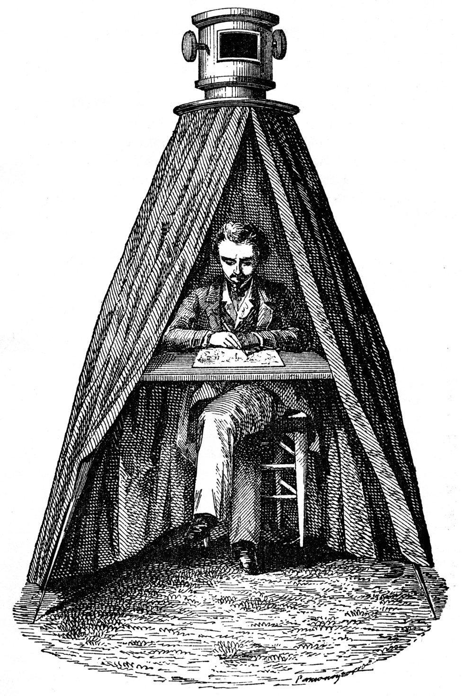 La cámara oscura permitía proyectar una imagen del exterior sobre su superficie. El término fue creado por Johannes Kepler y fue documentado en su tratado 'Ad Vitellionem Paralipomena' de 1604. En la imagen, un grabado de una cámara oscura en funcionamiento realizado por Dionysius Lardner en 1855.