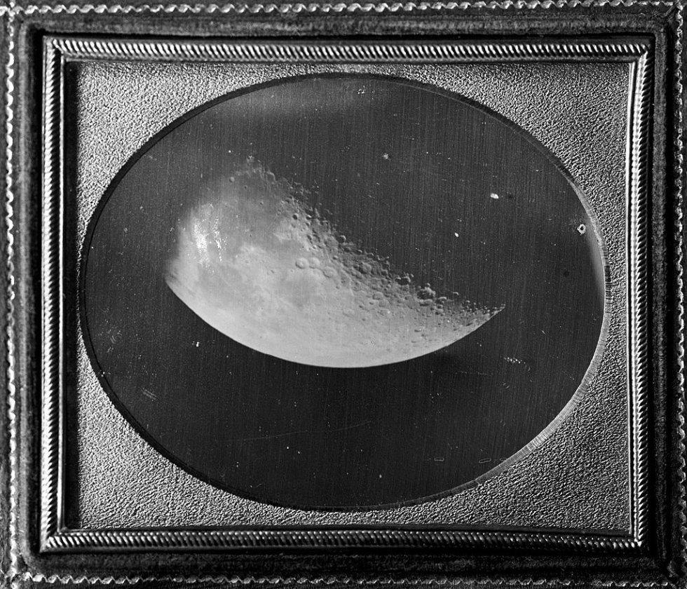 El 'daguerrotipo' era un elemento frágil y único (no se podía reproducir) y constaba de una placa de cobre sometida a vapores de yodo. Se utilizó hasta 1860. En la imagen, daguerrotipo de 1840 realizado por John Adams Whipple que muestra la luna.