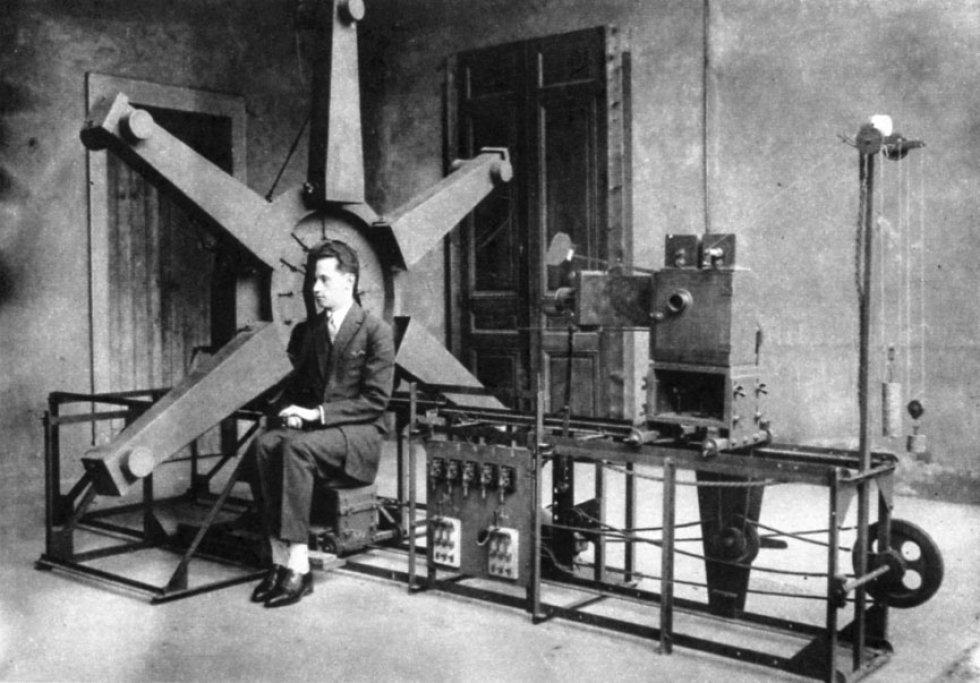 Existían también marcos medidores, máquinas para trazar siluetas y utensilios como el fisionotrazo, que constaba de una plancha miniatura de cobre grabado que permitía duplicados a partir de la mano de un artista. En la imagen, fotografía de Erick Strand que muestra el funcionamiento de un fisionotrazo.