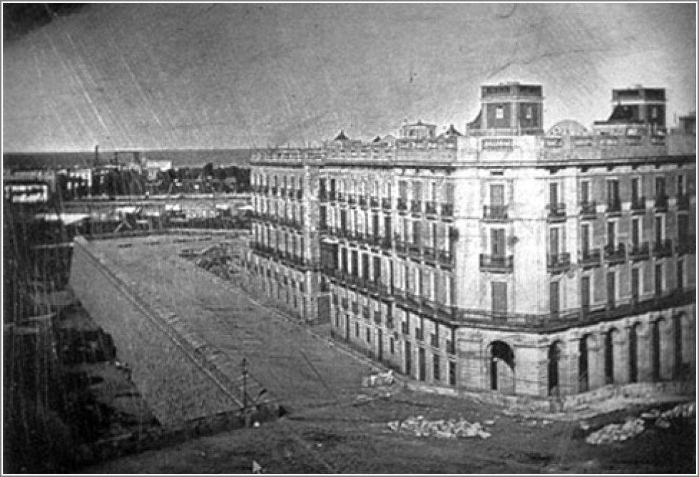Primera fotografía hecha en España, el 10 de noviembre de 1848 por el valenciano Ramón Alabern. La imagen muestra la Plaza de la Constitución de Barcelona y fue un gran evento en la ciudad, apariendo en periódicos locales y animado por una banda de música militar. Fue necesaria una exposición de 20 minutos para la toma.