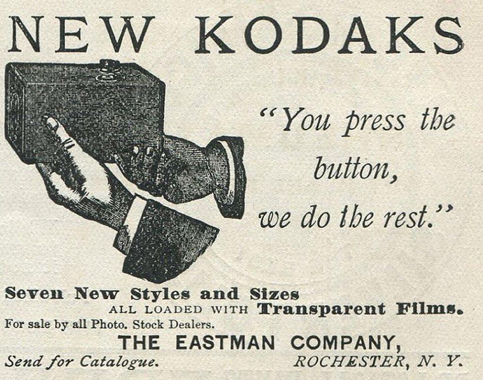 George Eastman diseña una cámara pequeña y sencilla con 100 disparos. Una vez terminado el rollo, se devolvía a Kodak y ellos revelaban, positibaban y cargaban la cámara de nuevo.